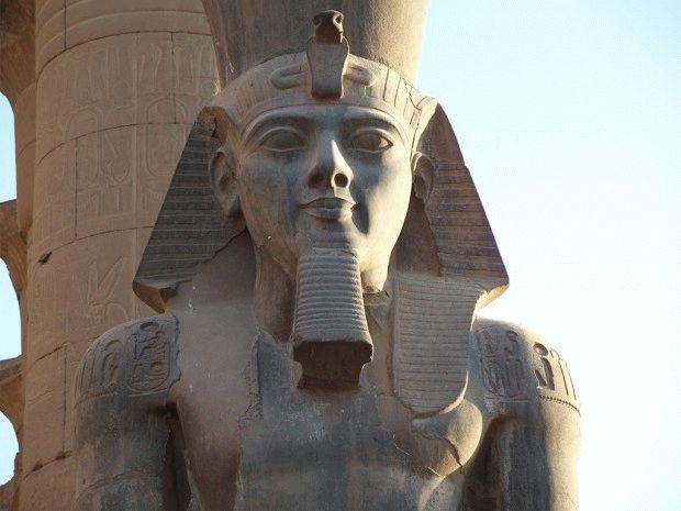 Luxor_Temple_Ramesses_II_Colossus-1024-768